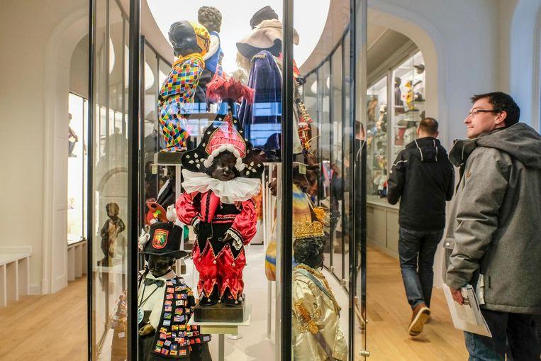 Bezoekers bewonderen enkele van de 133 kostuums, waarvan er heel wat uit het buitenland komen.