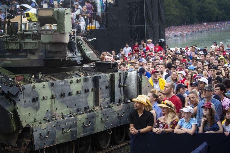 Publiek bij een pantserwagen tijdens Trumps speech op 4 juli in Washington. Beeld Bloomberg via Getty Images