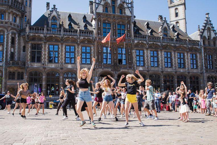 De danseressen van Company One hielden een flashmob op de Korenmarkt.