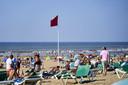 Zondag 9 augustus werd op het strand van Scheveningen en langs de gehele Hollandse kust de rode vlag gehesen. De HVRB haalde tientallen mensen uit zee, desalniettemin overleden twee zwemmers. Oorzaak is een combinatie van warm, zonnig weer en een harde aflandige wind.