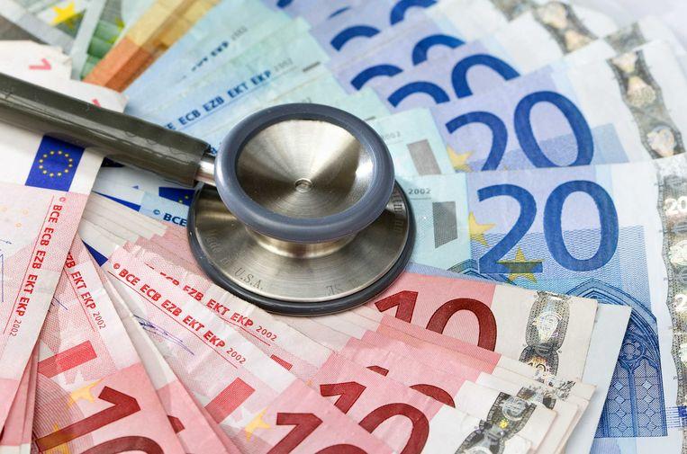 Dankzij de zorgpremie krijgen meer dan 300.000 zwaar zorgbehoevenden in Vlaanderen een maandelijkse tegemoetkoming voor niet-medische zorgkosten zoals poetshulp.  Beeld ANP XTRA