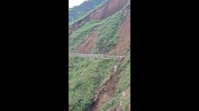 Une route de montagne s'est effondrée suite à un glissement de terrain en Inde.