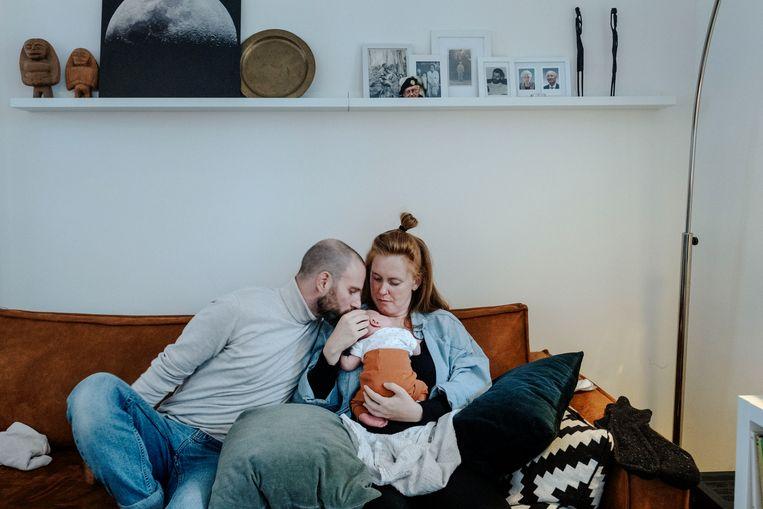 Corona gaf het leven van Roxane Clijsen en haar vriend Thijs Berkers een wending. Op 25 maart werd Moos geboren.  Beeld Merlin Daleman