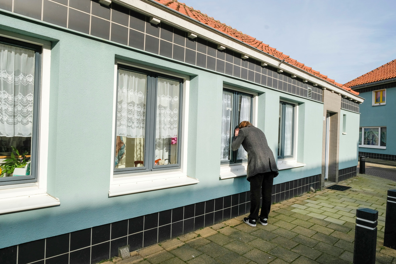 In zijn nieuwe programma laat Beau van Erven Dorens Nederland doen wat hij zelf ook graag wil: binnenkijken in het Floradorp in Amsterdam-Noord.