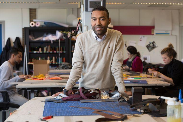 De Haagse tassenontwerper Omar Munie in zijn atelier. Beeld Henriette Guest / HH