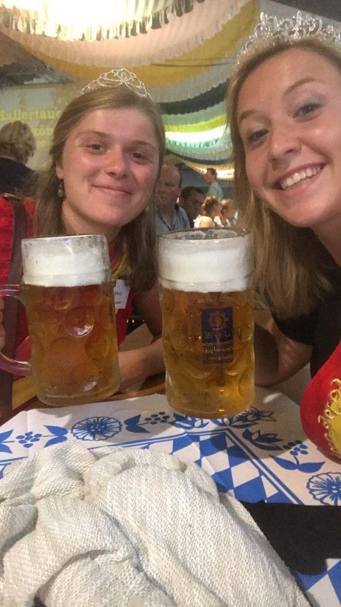 Hopkoningin Laura Sambaer (rechts) met eredame Manon Debacker op de bierfeesten in Wolnzach (zusterstad van Poperinge).