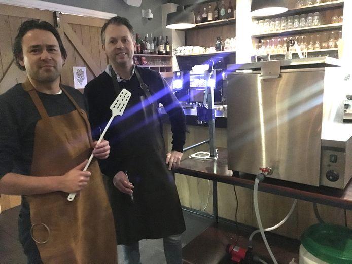 Dirk Brands (l) en Jaap Bax bij een kleine, zelf gebouwde, brouwketel.