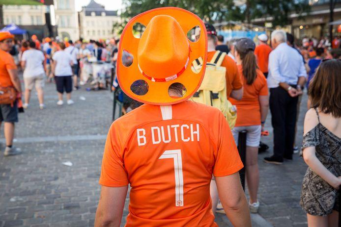 Nu we de wedstrijden veel thuis zullen kijken, is de verwachting dat we minder Oranje-artikelen voor onze uitdossing zullen kopen.
