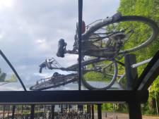 Vandalen vernielen fietsen op station Brummen en smijten ze op het dak van de stalling