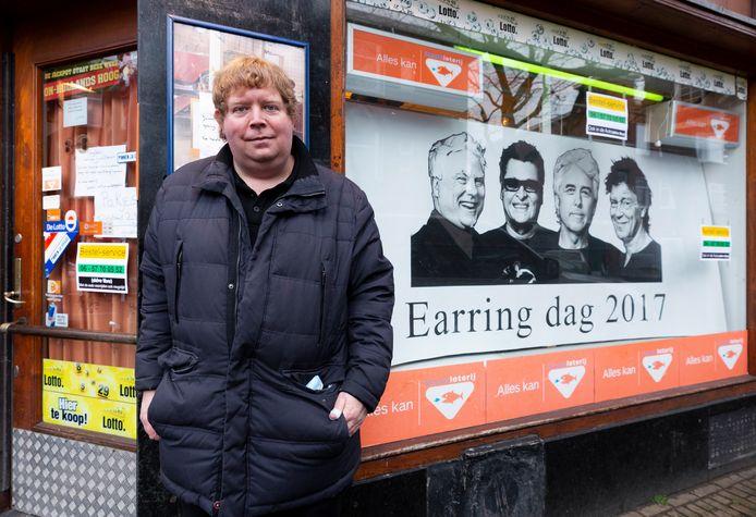 Patrick Lejewaan voor tabakswinkel Prijspaleis in het hartje van het Golden Earring-kwartier