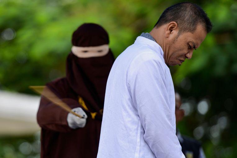 Mukhlis bin Mohammed wordt in het openbaar vernederd met 29 stokslagen.  Beeld AFP