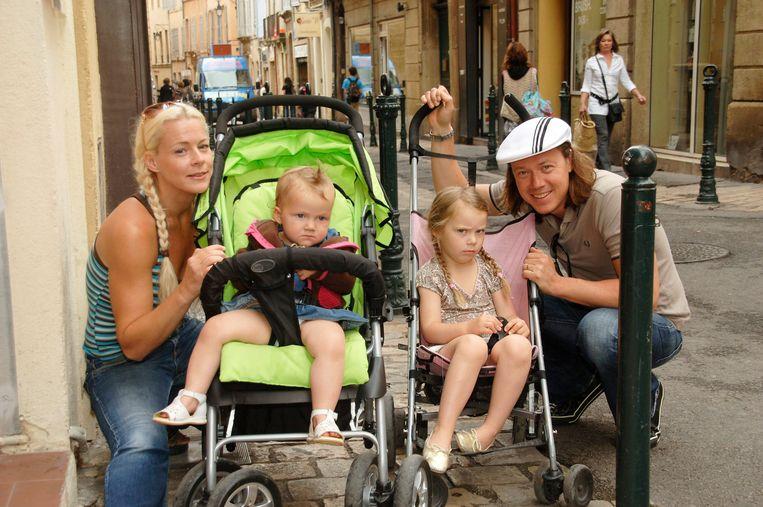 Greta Thunberg met haar jongere zus Beata, vader Svante en moeder Malena. 'Beata heeft ook asperger, ADHD en dwang- neurosen, maar ons gezin hangt stevig aan elkaar.' Beeld PER ARVIDSSON