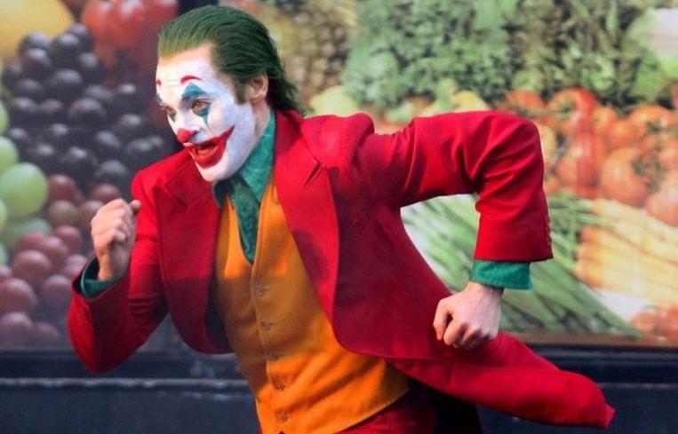 Joaquin Phoenix rent door de straten als 'The Joker'.