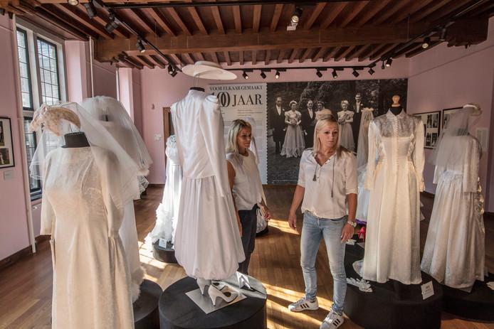 9a563249e98 Meriam (l) en Monique Schellekens van bruidsmodezaak Dora Bijsterveld op de  tentoonstelling 'voor