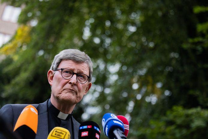 """De aartsbisschop van Keulen, Rainer-Maria Woelki, geeft een verklaring in zijn tuin. De kardinaal zal een """"spirituele pauze nemen"""", maar mag daarna wel in dienst blijven ondanks de kritiek die hij kreeg naar aanleiding van enkele misbruikschandalen."""