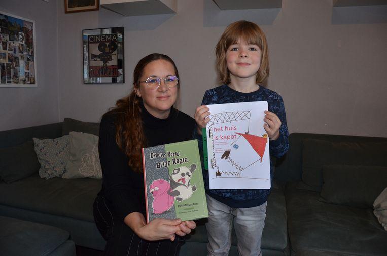 Carsten Nimmegeers en zijn mama Ellen Witgeers met de jeugdboeken 'Het Huis is kapot' en 'Droeve Rozie, blije Rozie'.