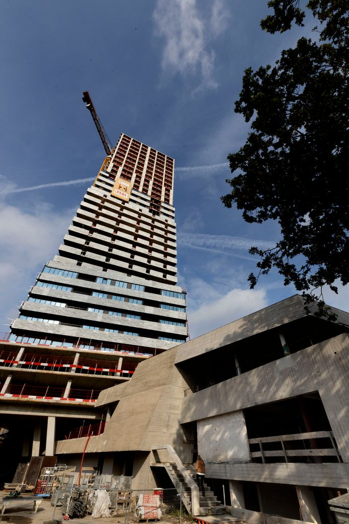 De Bunkertoren aan de Kennedylaan in Eindhoven heeft nu officieel het hoogste punt bereikt op de 32e verdieping, 100 meter hoog.