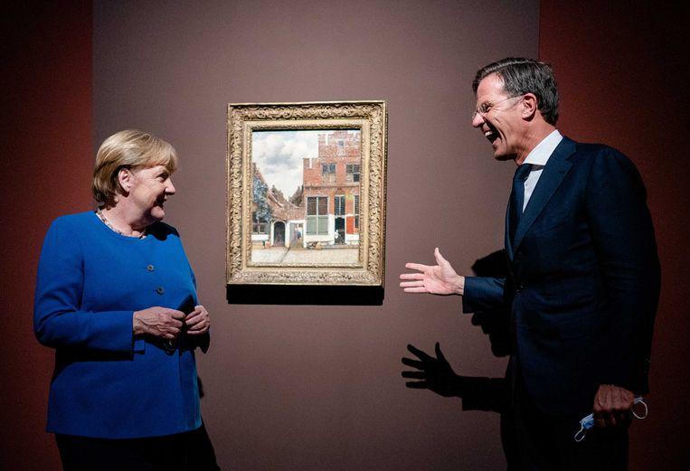 Angela Merkel en demissionair Nederlands minister-president Mark Rutte, begin september 2021, bij het Straatje van Vermeer, in het Gemaldegalerie Alte Meister. Rutte: 'Ze krijgt enorm respect van iedereen. Merkel is de moeder van de Europese Raad.' Beeld ANP