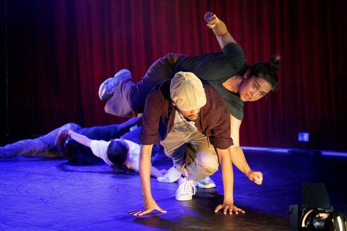 Voorstelling ISH (breakdance/acrobatiek) op de Parade in Eindhoven, in tent naast Parktheater.