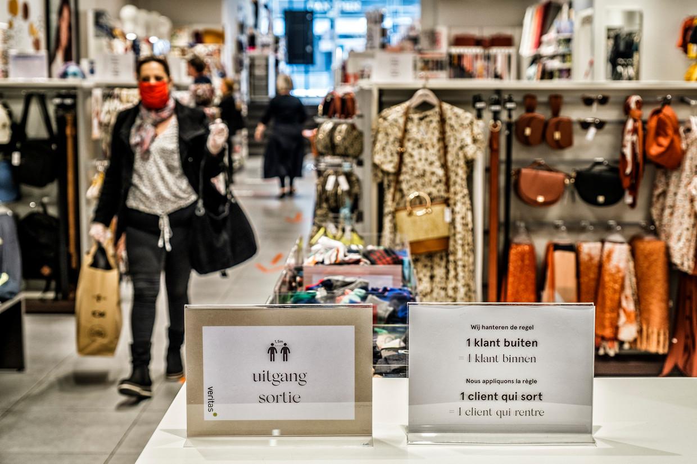 Kledingwinkels mogen straks weer open, markten zijn nog niet toegelaten. Beeld Tim Dirven