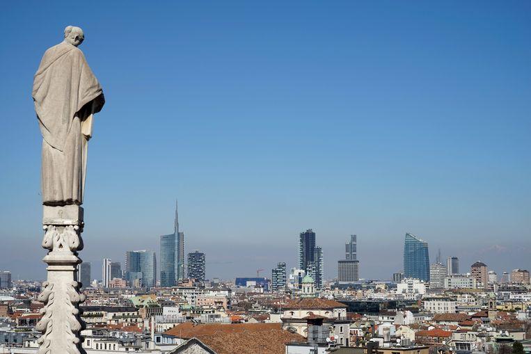 De skyline van het financiële district Porta Nuova, gezien vanaf het dak van de domkerk in Milaan. Beeld TRBEELD