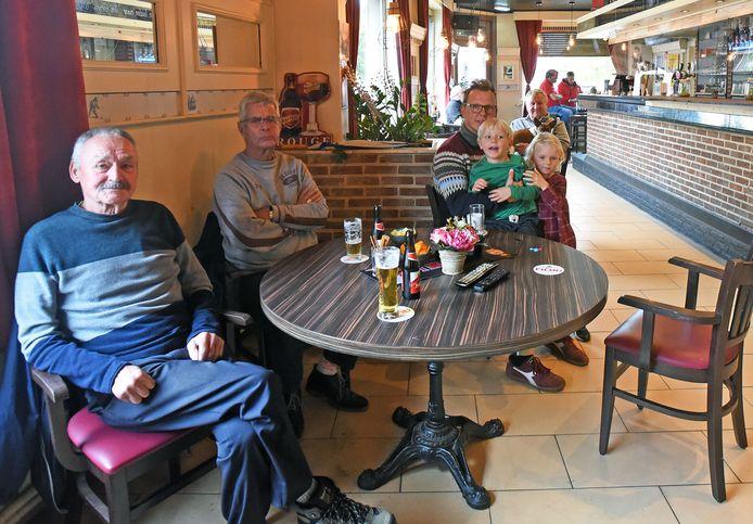 Stamgasten van café De Grens op de Belgische Koewacht genieten op de laatste dag van de horeca-opening van hun laatste pintjes.