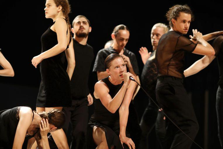 Beeld uit de dansvoorstelling Venezuela van de Batsheva Dance Company met op de voorgrond Imre van Opstal, met microfoon. Beeld Ascaf