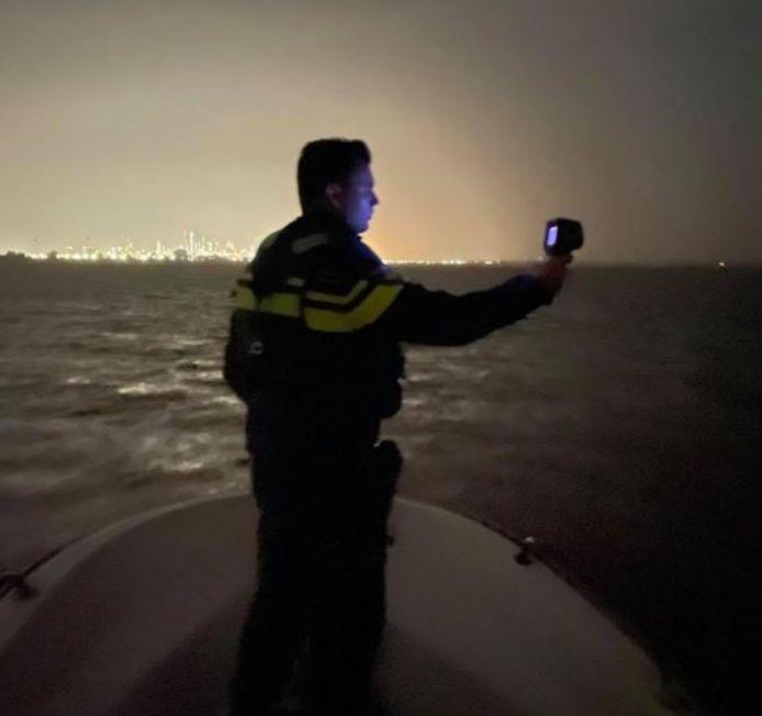 De politie zoekt met een warmtebeeldcamera naar eventuele indringers.
