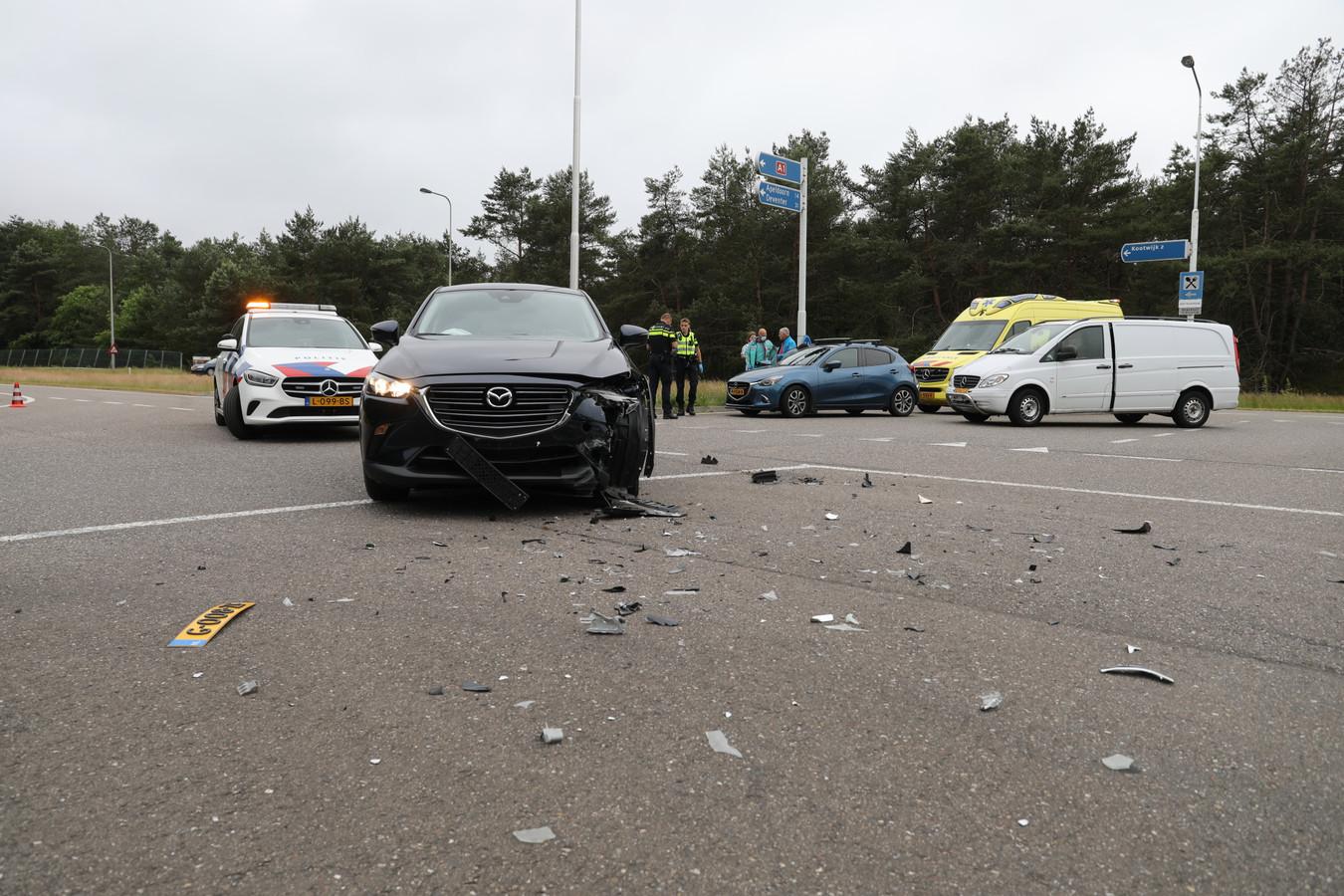Twee auto's raakten flink beschadigd bij een botsing op de Kootwijkerweg bij Uddel.
