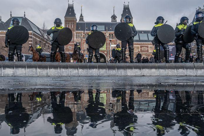 De politie greep op 17 januari hard in op het Museumplein. Ook paarden werden ingezet.