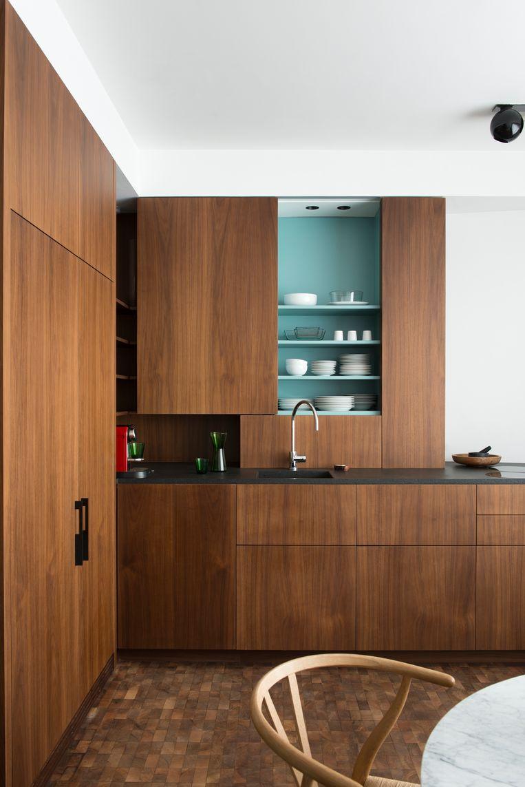 Van Suetendael gooide de lay-out van het appartement volledig om: waar de originele architect vroeger zijn kantoor had, is nu de keuken.  Beeld Verne