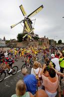 2015. Renners passeren molen De Valk in Montfoort tijdens de tweede etappe van de Tour van Utrecht naar Neeltje Jans over 166 kilometer.