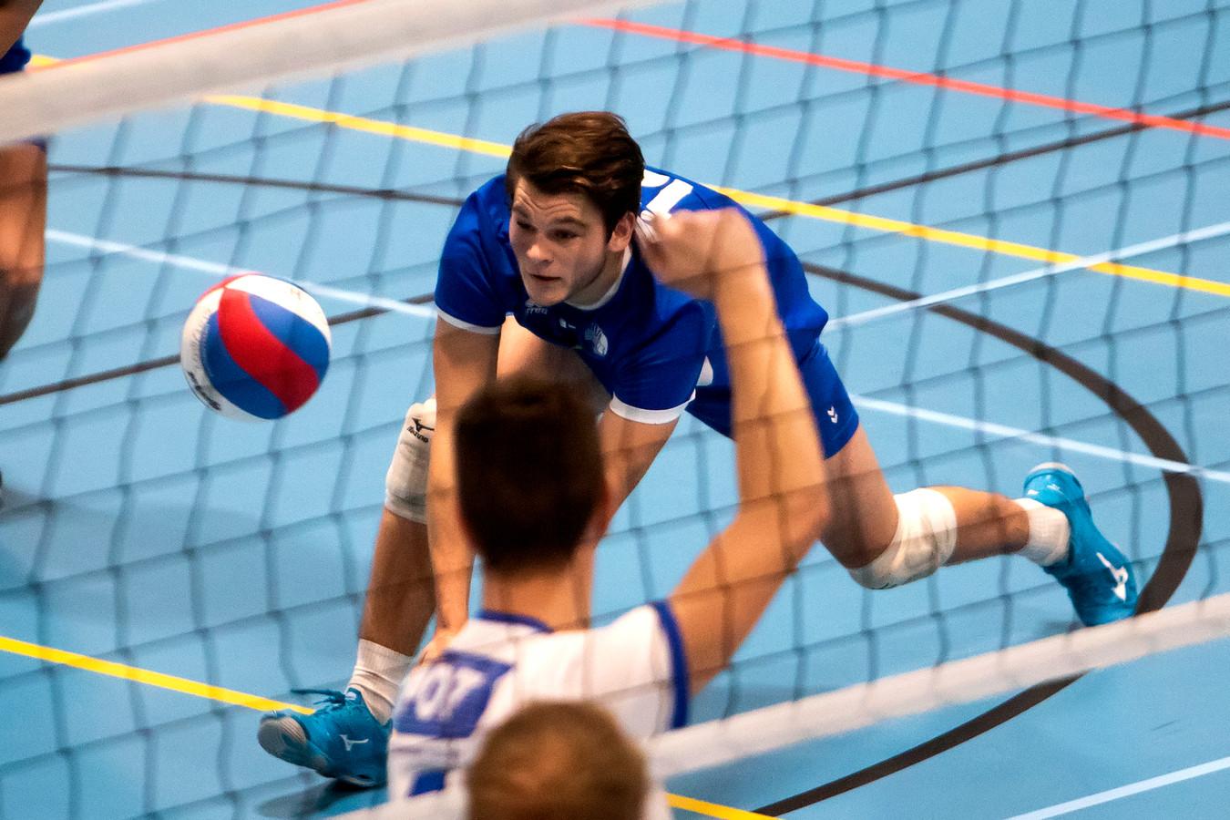 Bjorn Klein Brinke (blauw) keerde zaterdagavond met BVC'73 terug op het oude nest, maar verloor met de Barchemse ploeg van Avior.