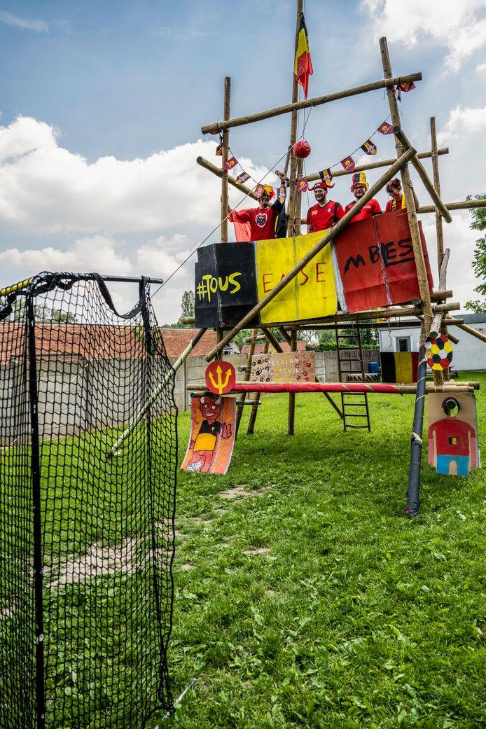 De Scouts sjorden een toren met voetbalvlag.
