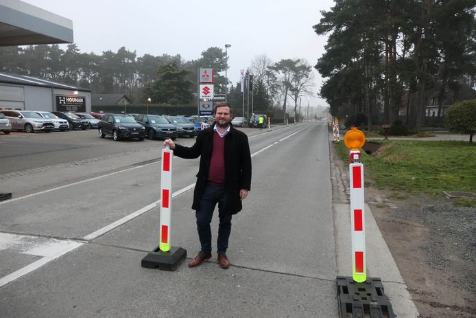 Schepen Bart Vanmarcke (Open VLD) aan het tijdelijke fietspad op de Weynesbaan.