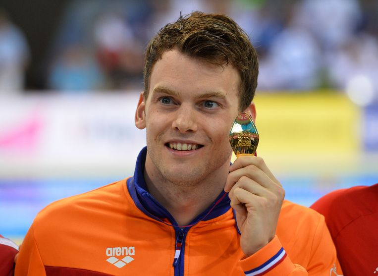 Gold medalist, Netherland's Sebastiaan Verschuren poses for a photograph after the final of the men's 200m Freestyle swimming event on Day 10 of the European aquatics championships in London on May 18, 2016. / AFP PHOTO / GLYN KIRK Beeld AFP