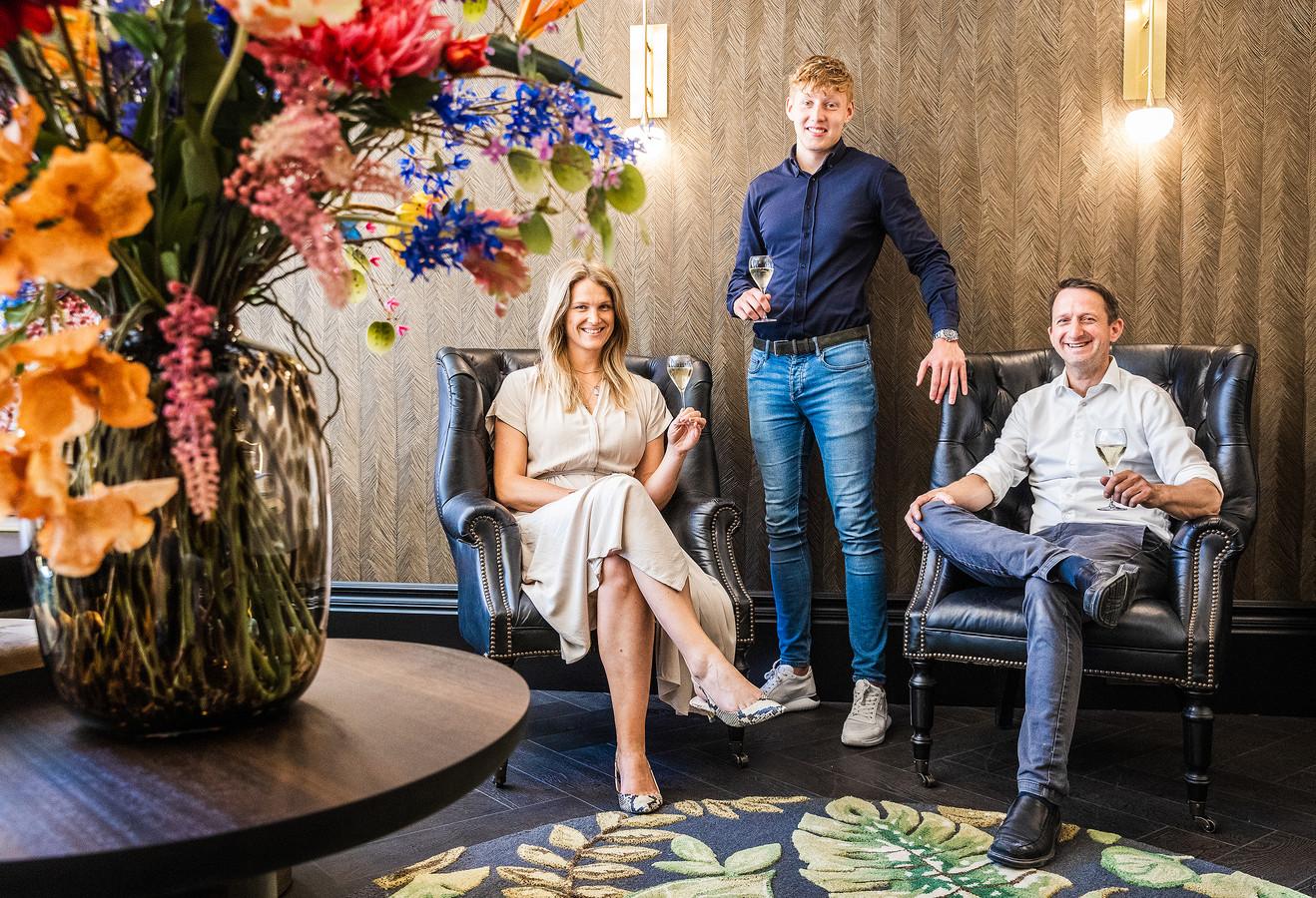 Oscar Poort (midden) runt samen met Linda van den Berg en Sven Schreuder het nieuwe hotel in het huis van Tromp.