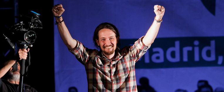 Pablo Iglesias, leider van de Podemos-partij, viert de linkse overwinning in Madrid. Beeld Getty Images