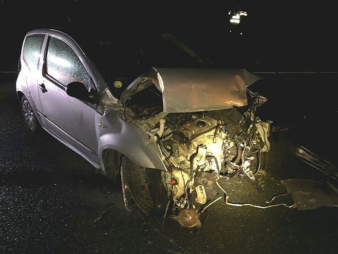 Een bestuurder is gewond geraakt bij een eenzijdig ongeluk op de A15 richting Nijmegen net voor de afslag Tiel - West.
