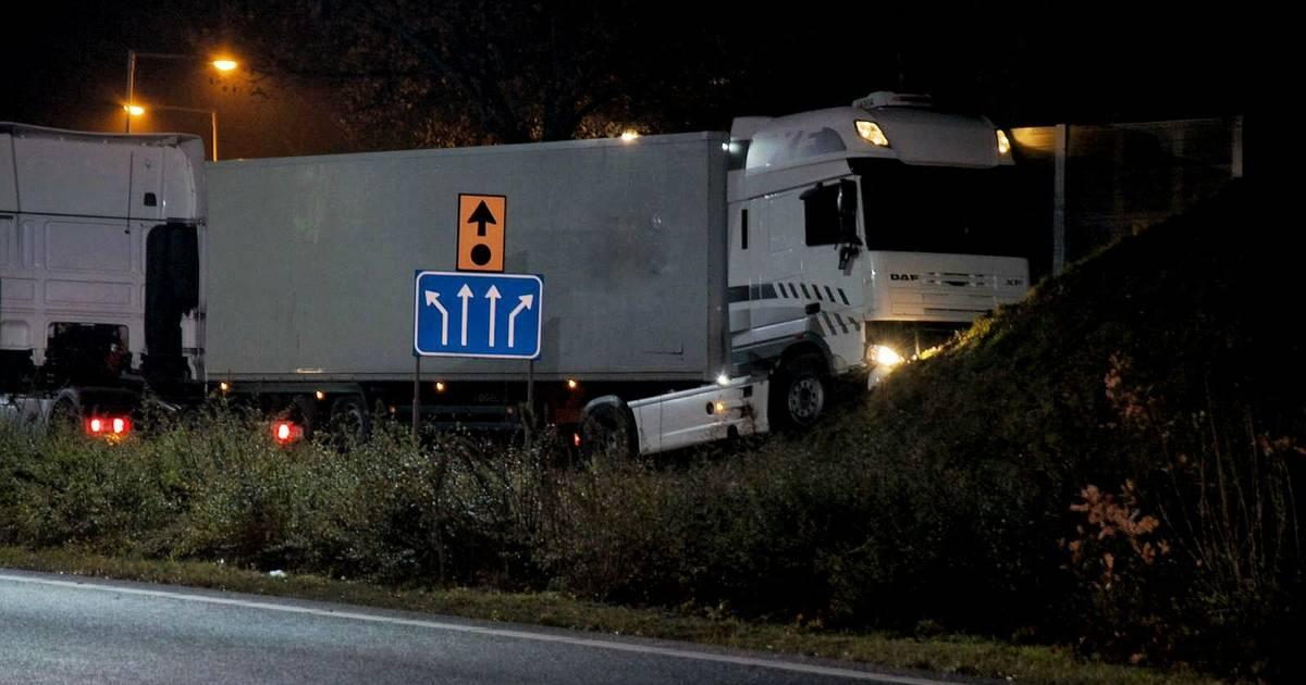 Vrachtwagenchauffeur uit Tilburg overleden bij ongeluk in Bergen op Zoom.