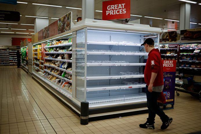 Scaffali vuoti al supermercato Sainsbury's nella zona est di Londra.