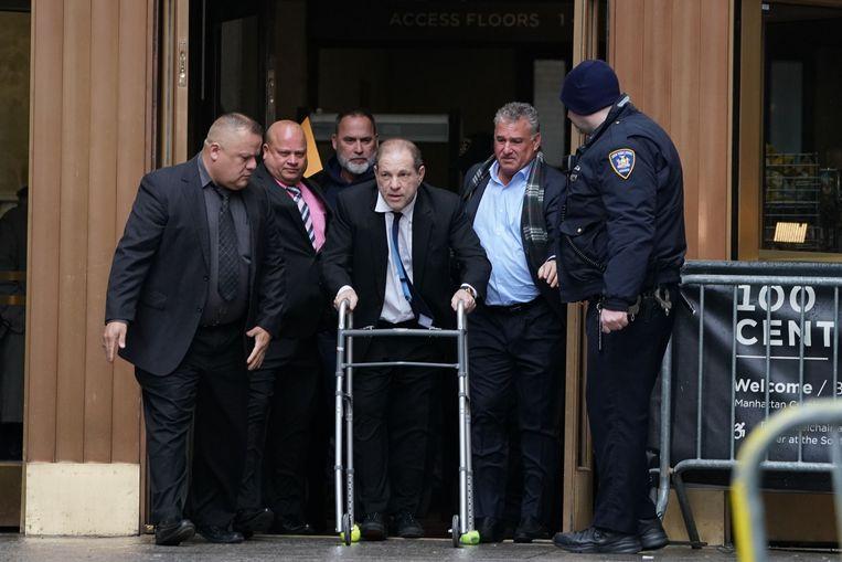 Harvey Weinstein heeft de hulp van een looprek nodig bij het verlaten van de rechtbank in Manhattan. Beeld AFP