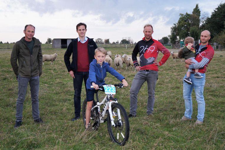 Piet Dejonghe, Simon Bekaert, Ives Desmet en Dieter Desmet op de weide. Briek Dejonckheere (11) kijkt al uit naar het nieuwe MTB-terrein.