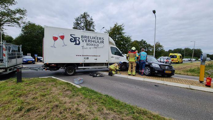 Door het ongeval staat het verkeer vast op de kruising.