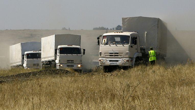 Vrachtwagens van het Russische hulpkonvooi wachten op doorlating bij de Oekraïense grens. Beeld afp