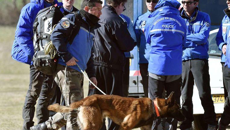 Onderzoekers keren terug van de rampplek in Seyne-les-Alpes. Beeld afp