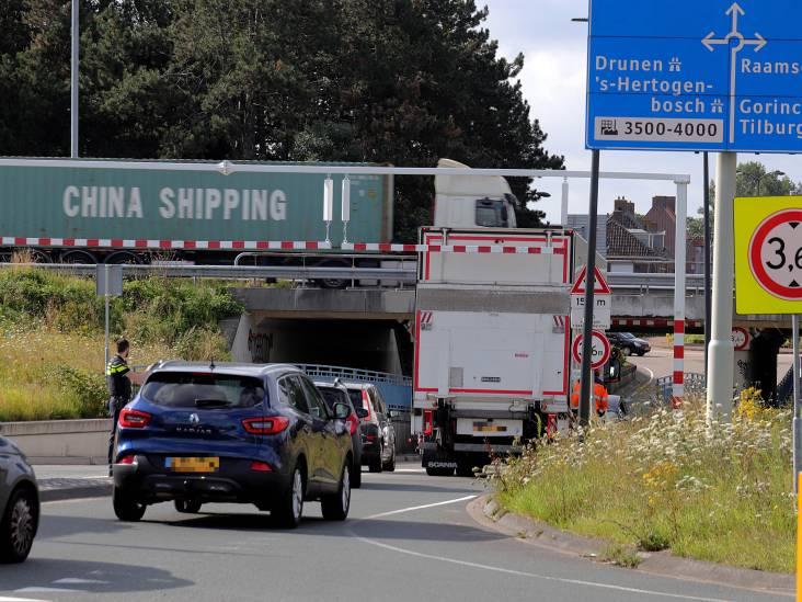 Bijna is het weer raak: vrachtwagen botst tegen beruchte waarschuwingsbalk in Waalwijk