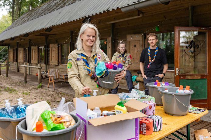 De scoutingclub in Dalfsen houdt een inzamelactie voor de slachtoffers van de watersnoodramp in Limburg. Over enkele weken gaan ze op kamp in Limburg en willen graag een steentje bijdragen aan de wederopbouw. Van links naar rechts: Leonie Koers, Mirthe Schuurmans en Kevin de Graaf.
