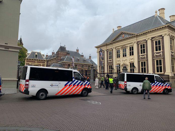Bij het Binnenhof is veel politie aanwezig.