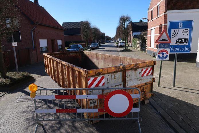 De Belgische politie heeft op verschillende toegangswegen in de omgeving van Meer en Meersel-Dreef containers op de weg geplaatst.